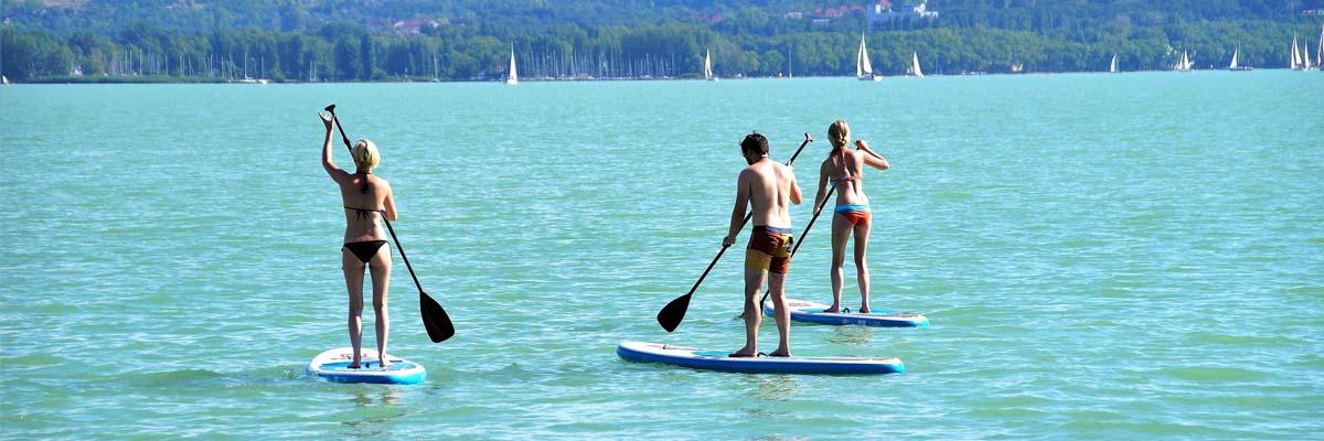 drei einsteiger paddeln auf einem günstigen sup board