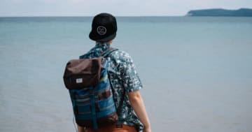 Mann am See mit sup rucksack