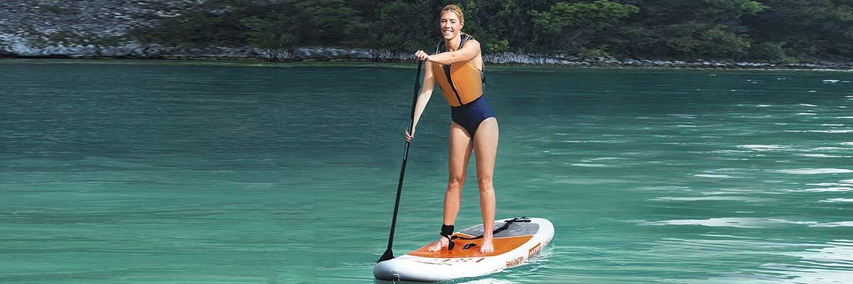 frau steht auf aqua journey (sup board von bestway)