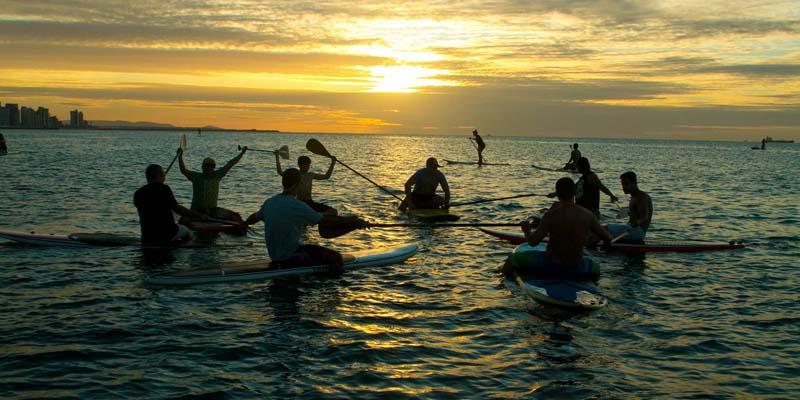 gruppe von leuten auf sup boards während einer sup reise oder tour