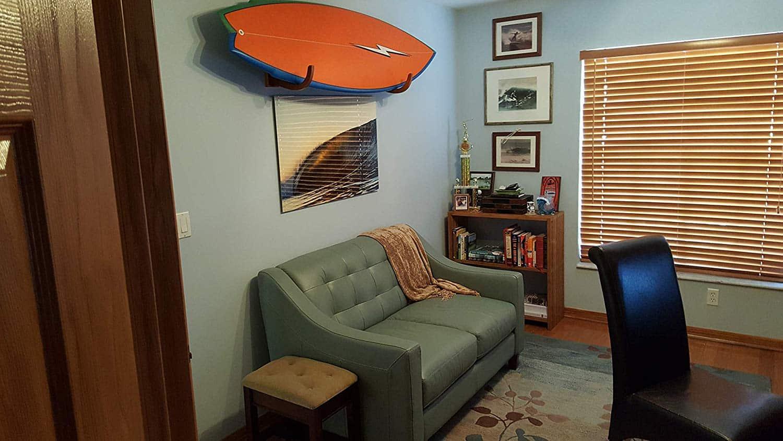 sup board hängt an wandhalterung von cor surf im wohnzimmer