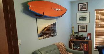 thumbnail sup wandhalterungen. SUP Board hängt in einem Wohnzimmer an der Wand