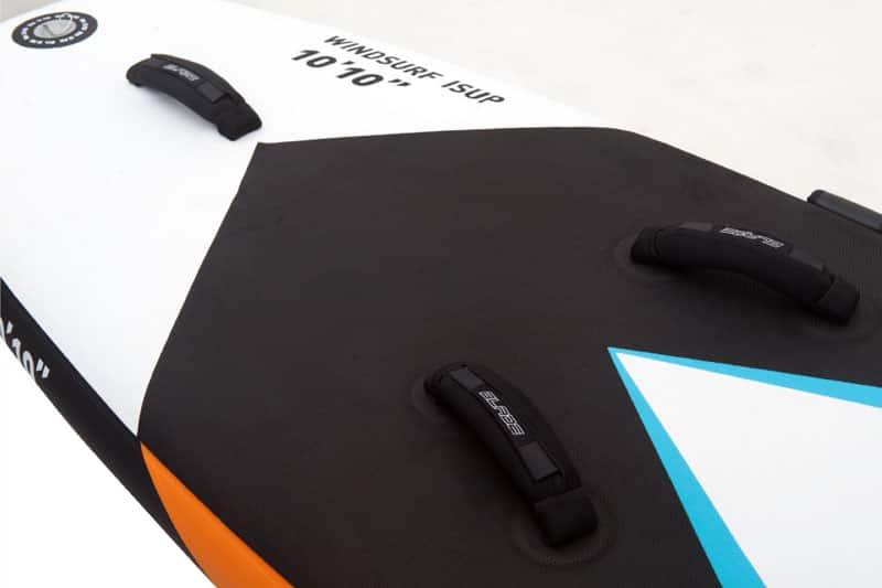 Nahaufnahme des Deckpads vom Aqua Marina Balde Windsurf Board.